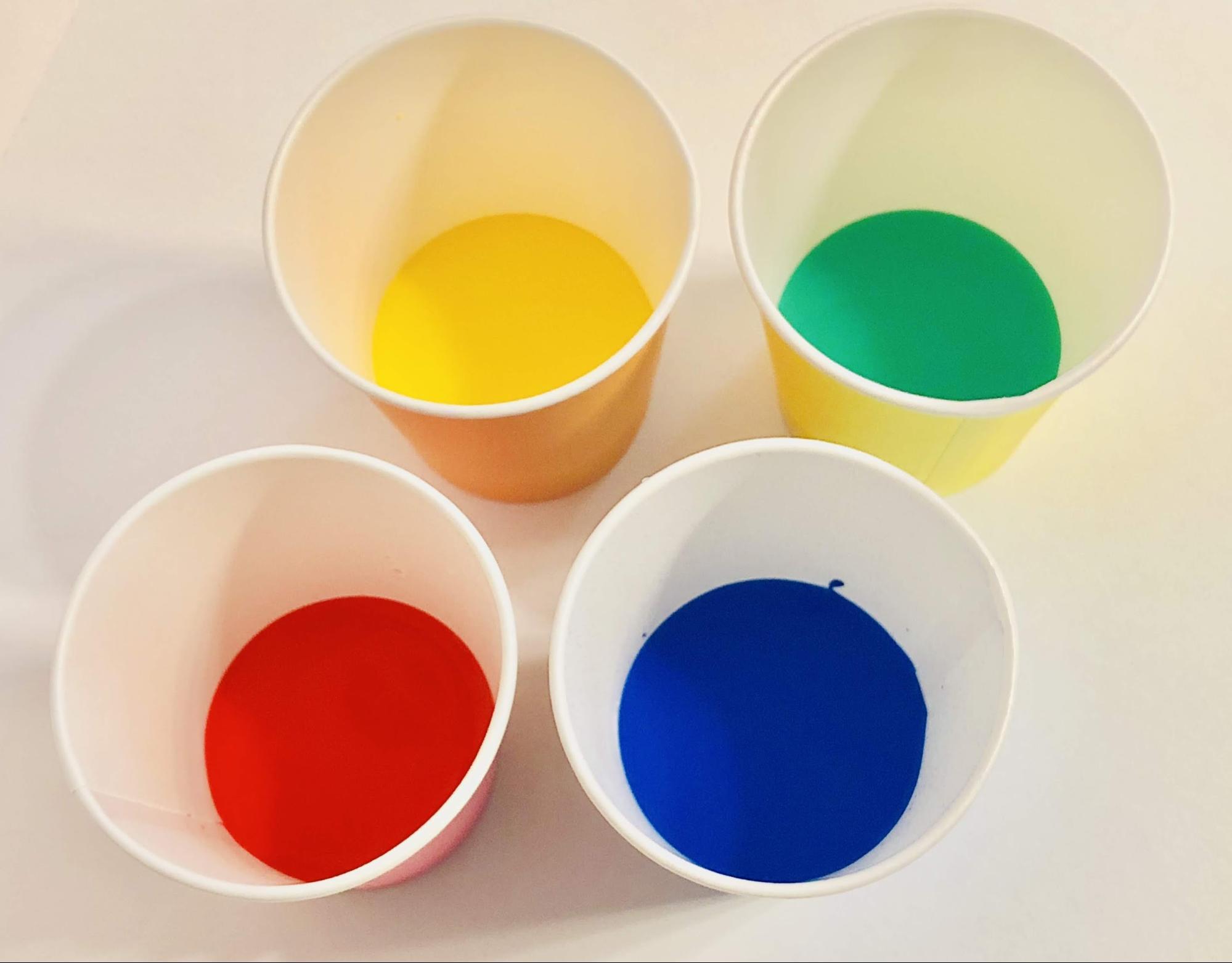好きな色の絵の具を水に溶かす