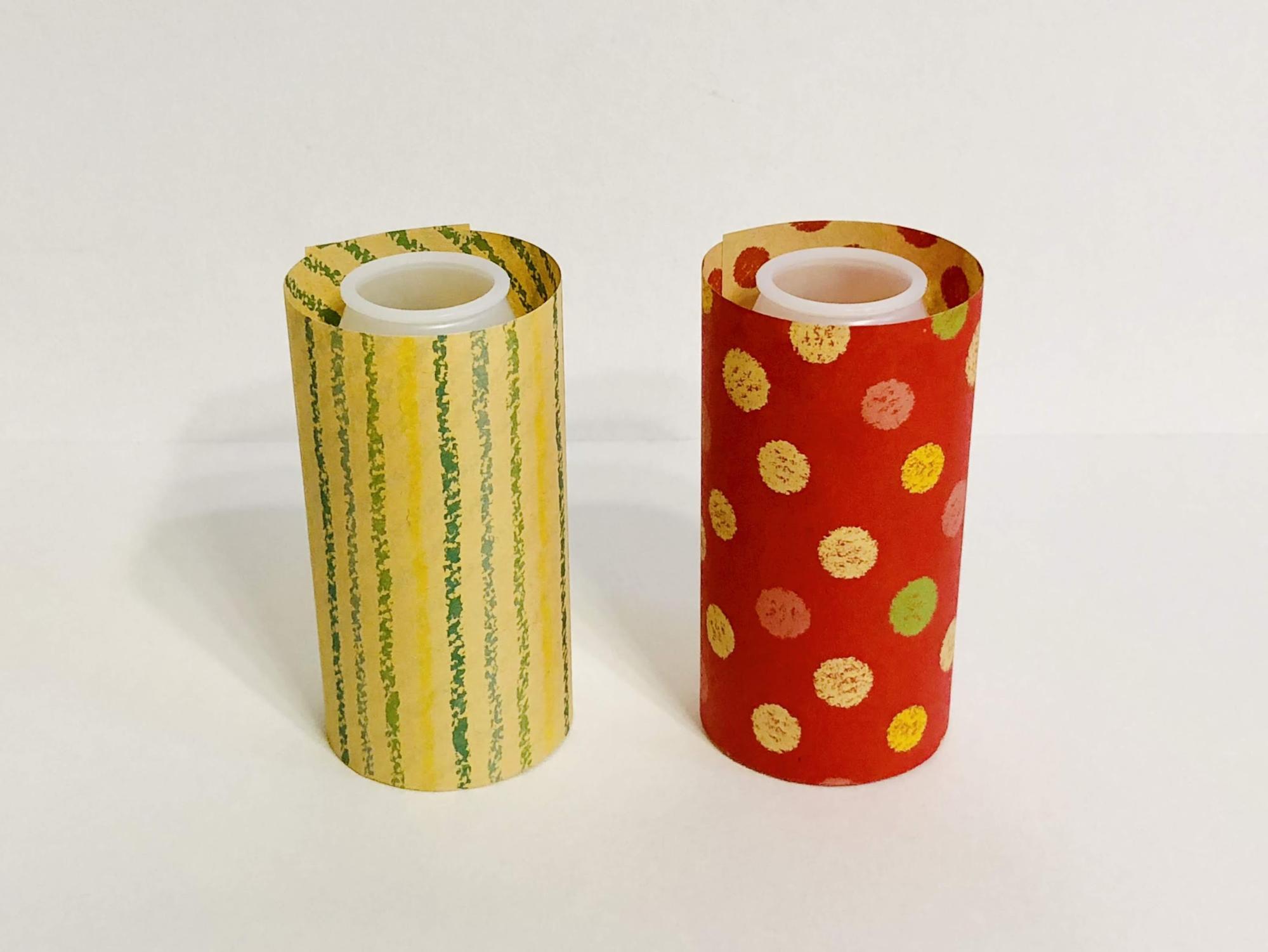 乳酸菌飲料の容器に半分サイズの千代紙を巻き付けてボンドで貼ります。