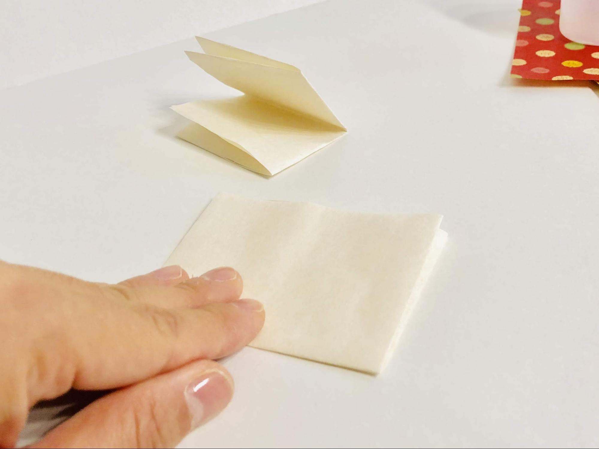 半紙を半分に折り、更に半分に折ります