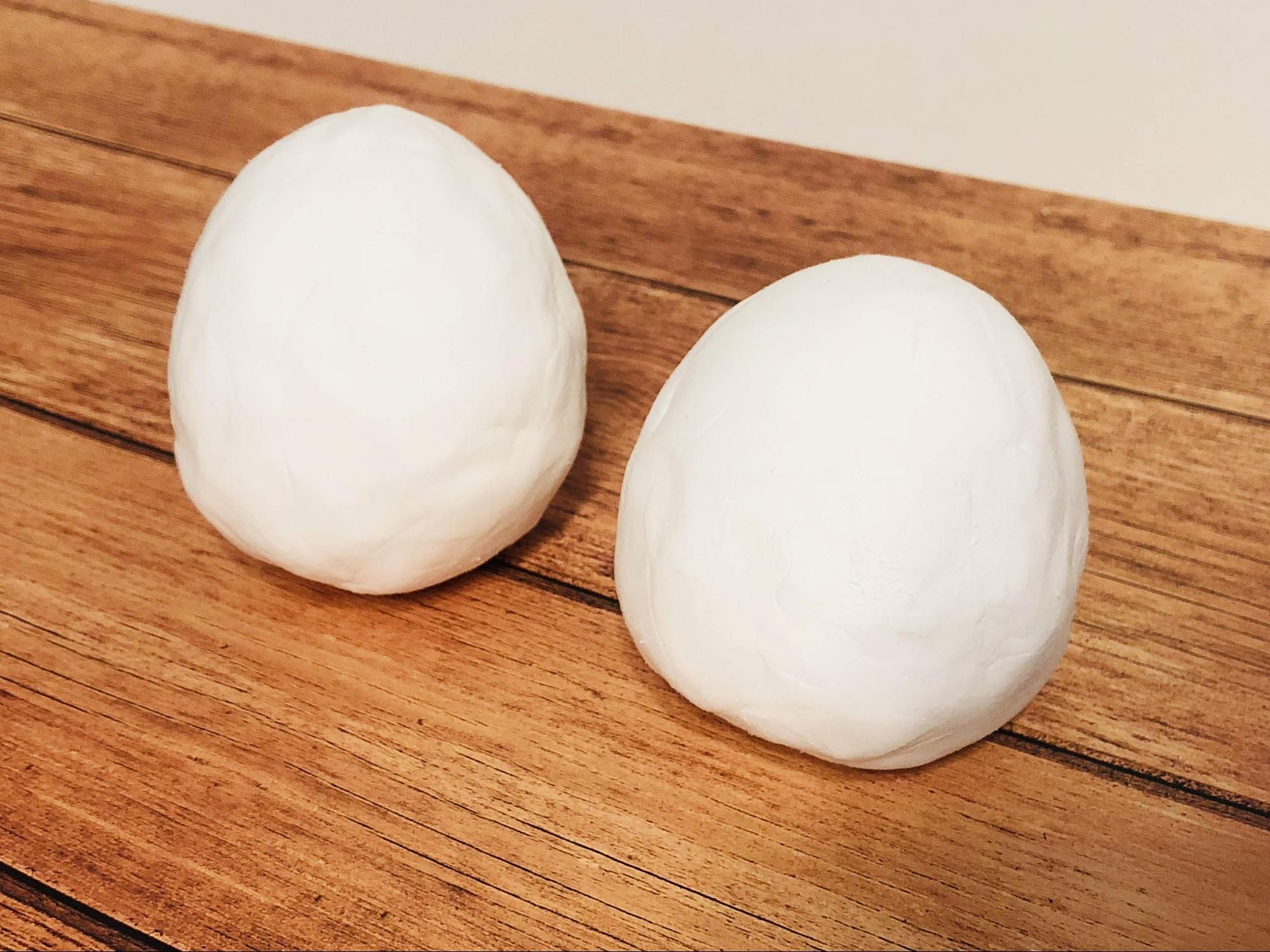 紙粘土を2つのかたまりに分けて、それぞれ卵型に丸めて乾かします。