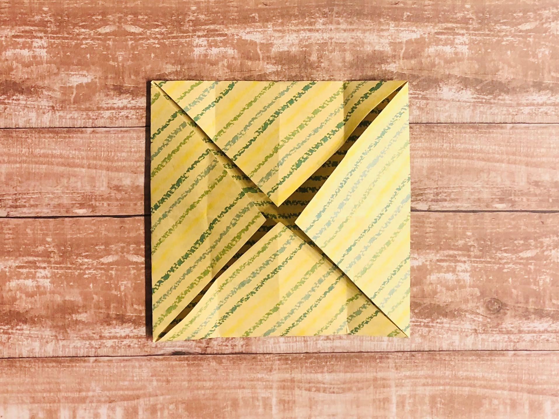 左右の端を縦に中心へ折り、折り目をつけて戻します。