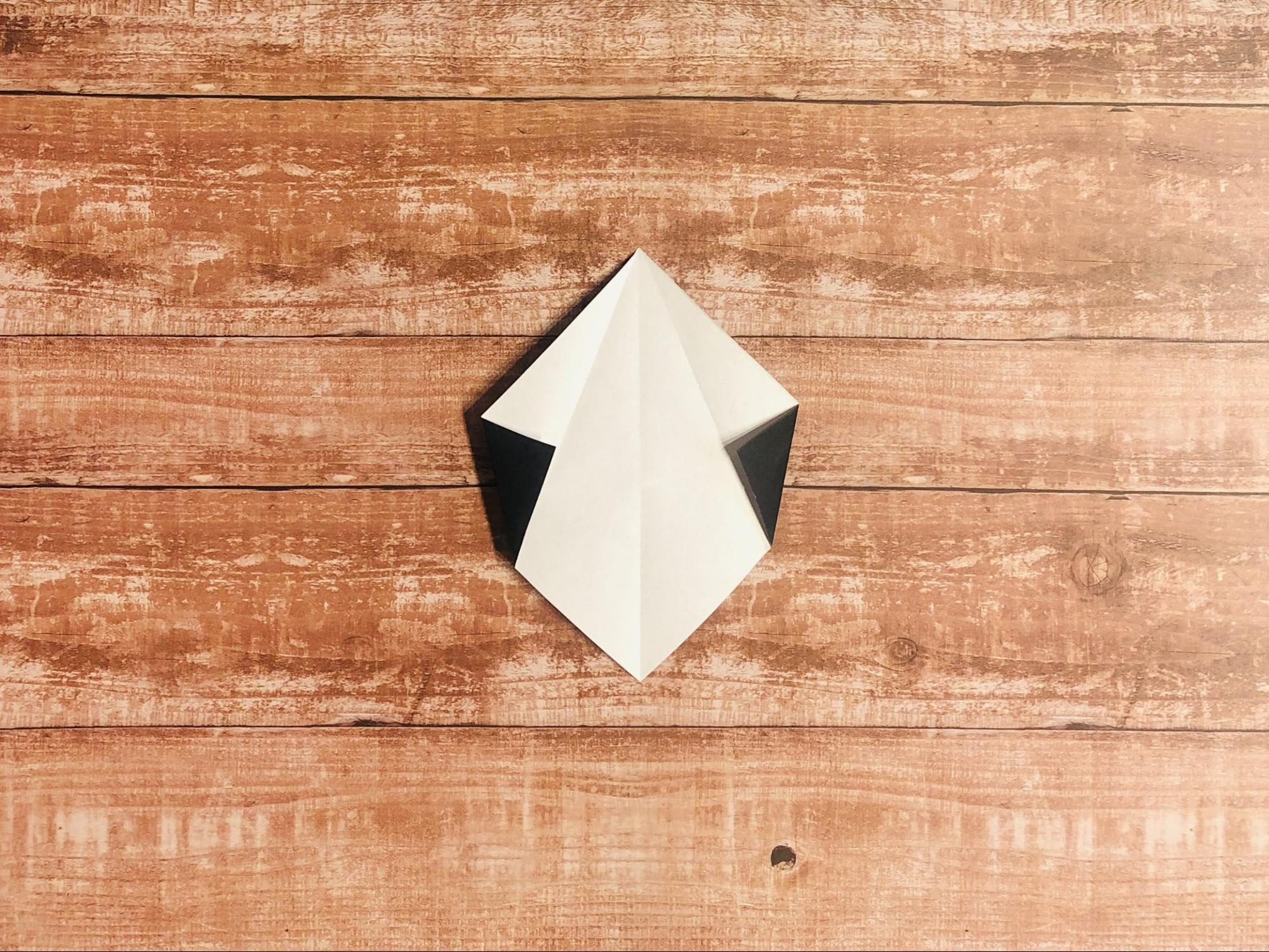 両端を、つけた折り目に合わせて折ります。