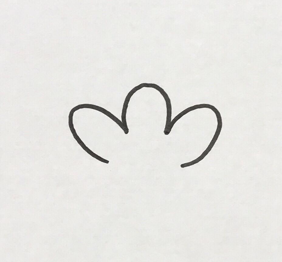 花びらの花弁のような突起を3つ繋げて描きます