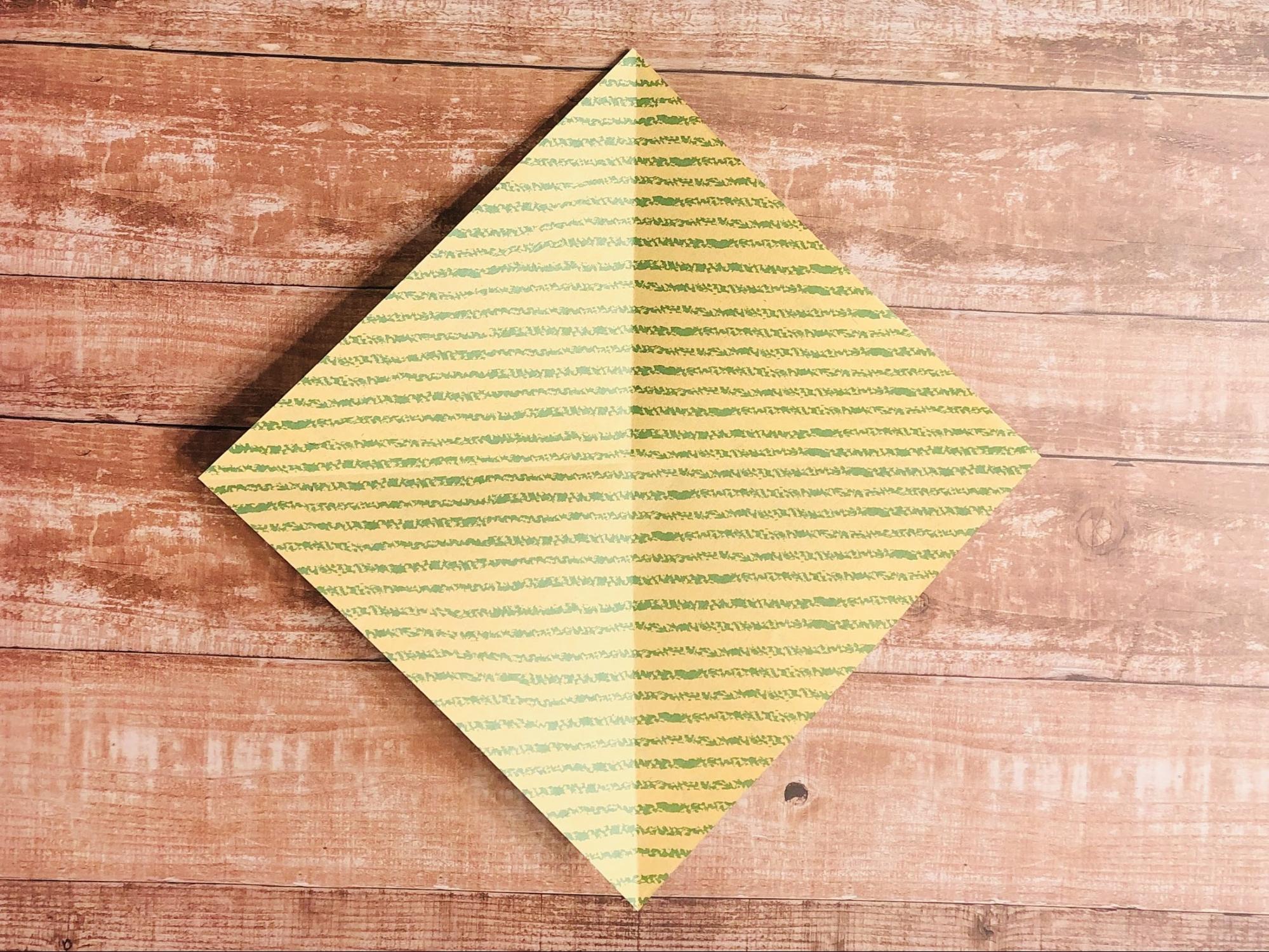 縦横半分に折って折り目をつけて戻します。